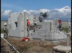 Verjeli ali ne. Delavci zgradili hišo za 2000 evrov v 14 urah ...
