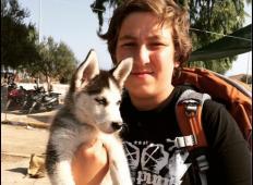 Ganljivo ! Na pot v boljše življenje vzel nahrbnik in svojega psa !