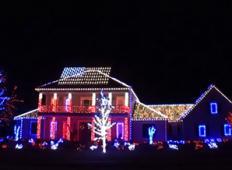 Misliš da imaš najlepše okrašeno hišo v ulici? Potem si poglej ta posnetek