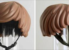 Nekdo je naredil kolesarsko čelado, ki izgleda kot lasje na LEGO kocki