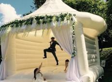 Poroka: najeti napihljivi grad, da se lahko zabavaš z gosti