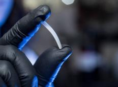 Raziskovalci odkrili dvojčico plastike, ki ne onesnažuje in jo je možno neskončno reciklirati